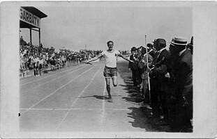 Kleeblatt-Torhüter Teddy Lohrmann als Staffelläufer auf der Aschenbahn des Ronhofs.