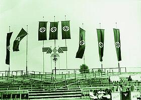 Fahnenschmuck anlässlich eines Sportfestes der NSDAP im Ronhof.
