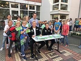 18. September: Kleeblatt-Profis verteilen Stundenpläne und Autogramme an Fürther Schulen.