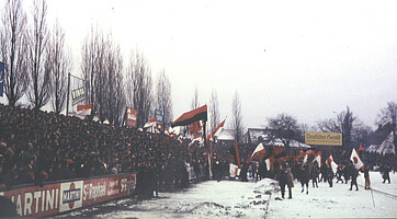 Club-Fans auf dem Platz beim Derby 1973.