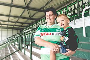 Gudrun Winkler, 52, & Enkel Leon Guth, 2, Block 3.
