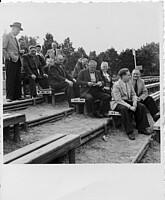Die Vorstandschaft der Spielvereinigung auf der Not-Tribüne im Jahr 1949.