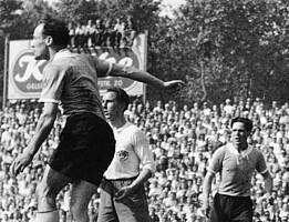 Kleeblatt-Abwehrspieler Ernst Sieber beim Endrundenspiel der Deutschen Meisterschaft gegen den FC St. Pauli.