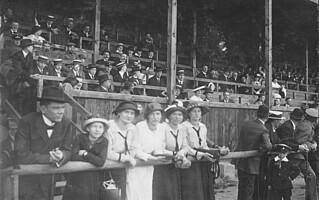 Die Tribüne des Ronhofs in den 1920er Jahren.