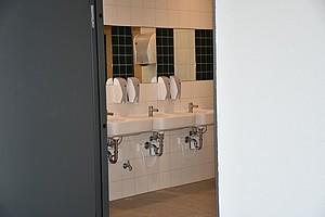 Neue Toiletten im zweiten Bauabschnitt der Haupttribüne.