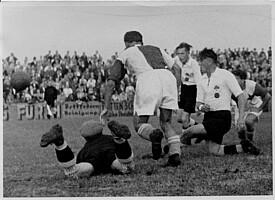 Spielszene aus der Partie der Spielvereinigung gegen Slavia Prag mit Stürmer Karl Leupold.