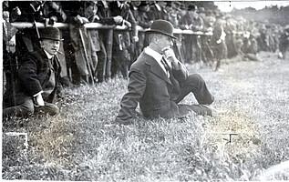 William Townley beobachtet ein Spiel im Ronhof im Jahr 1911.