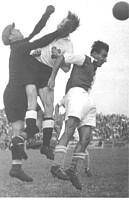 Spielszene aus dem Gastspiel von Slavia Prag vor vollbesetzten Rängen im Jahr 1935.