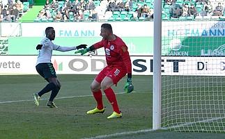 Khaled Narey holt das 1:0 gegen Eintracht Braunschweig...