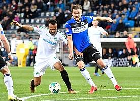Nicht vom Ball zu trennen! Julian Green verteidigt das Leder gegen Manuel Prietl von der Arminia.