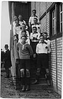 Die I. Mannschaft des Kleeblatts im Jahr 1924 auf der Treppe hinter der Tribüne.
