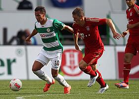 Eddy Prib im 1. Bundesligaspiel der Vereinsgeschichte gegen Basitan Schweinsteiger vom FC Bayern München.