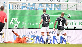 Heimspiel gegen St. Pauli: Maxi Wittek trifft in der 33. Minute mit links...