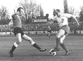 Kleeblatt-Verteidiger Emmerling und HSV-Stürmer Dörfel beim Pokalspiel im Jahr 1964.