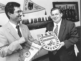 """Helmut Hack und Edgar Burkart besiegeln die """"Ehe"""" zwischen der Spielvereinigung und dem TSV Vestenbergsgreuth im Jahr 1995."""