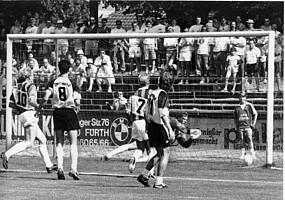Freistoß-Treffer von Achim Beierlorzer beim Pokalsieg gegen Borussia Dortmund 1990.