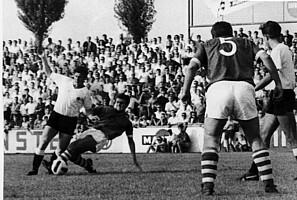 Spielszene aus dem Gastspiel von Schalke 04 im Jahr 1964.