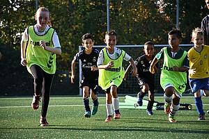 18. Oktober: Spielend lernen! Nachwuchskicker beim Training in der Fußballschule.