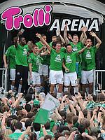 Die Mannschaft feiert den Aufstieg in die Bundesliga nach dem letzten Heimspiel der Saison 2011/12 gegen Fortuna Düsseldorf.