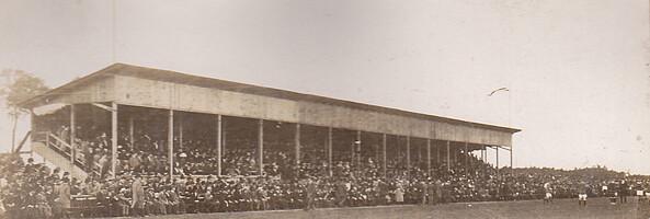 Die Haupttribüne des Ronhofs im Jahr 1914 beim Halbfinale der Deutschen Meisterschaft gegen den Berliner BC.