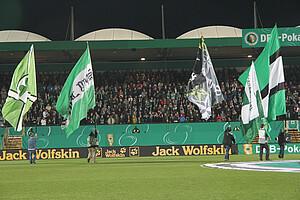 Schwenkfahnen vor dem DFB-Pokalspiel 2012 gegen Borussia Dortmund.