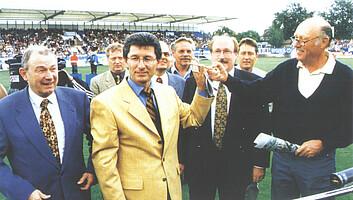 Einweihung des Playmobil-Stadions mit Horst Brandstätter (rechts) und Präsident Helmut Hack.