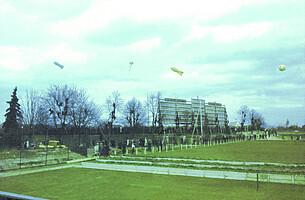 Werbe-Zeppeline über dem Ronhof.