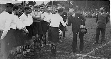 Ehrung für Meisterspieler Hans Hagen durch den Vorsitzenden Paul Sörgel.