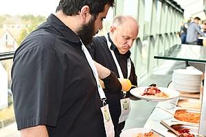 Den Gästen in der Haupttribüne servierte das eingespielte Duo die Köstlichkeiten des Tages.