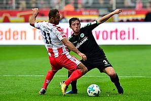 Den Fokus behalten: Maximilian Wittek blockt gegen Akaki Gogia von Union Berlin.