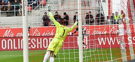 In Regensburg köpft Magyar in der 32. Spielminute das Runde ins Eckige...