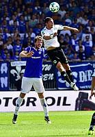 Maxi Wittek gewinnt hier das Kopfballduell gegen Peter Niemeyer vom SV Darmstadt 98