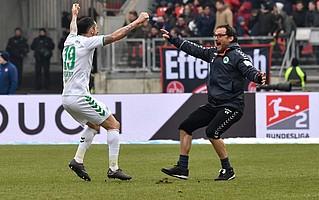 Der Danke ging dann, wie auch hier beim Derbysieg, an Chef-Physiotherapeut Carsten Klee.