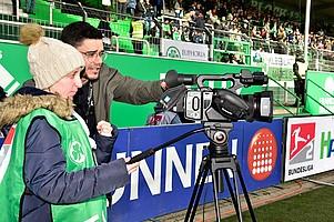 Sarah war am Samstag als Kamerakind im Einsatz und brachte per Videokamera den Zuschauern das Aufwärmen, die Interviews und wehende Schals bei der Hymne näher.