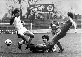 Szene mit Norbert Hütter im Bayernliga-Spiel gegen die FC Bayern Amateure.