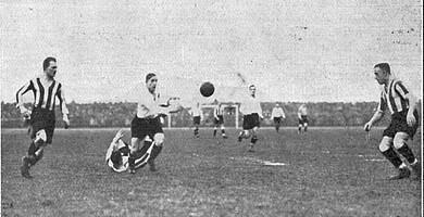 Karl Auer im Derby umgeben von drei Nürnberger Abwehrspielern.