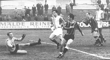 Spielszene mit den Stürmern Ebenhöh und Kamp gegen Rot-Weiß Frankfurt im Jahr 1969.