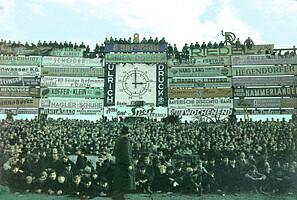 Die Südkurve im Ronhof mit Anzeigetafel im Jahr 1950.