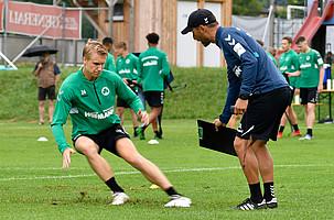 Coach Stefan Leitl, holt die letzten Körner aus Max Sauer heraus.