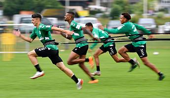 Youngster Mert-Yusuf Torlak führt das Bungee-Sprint-Duell vor Daniel Keita-Ruel, Kenny Redondo und Jamie Leweling an.