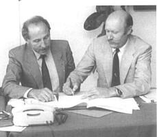 Horst Brandstätter unterschreibt die Papiere zum Ronhof-Verkauf.