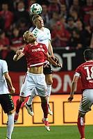 Ganz schön hoch kommt auch Richard Magyar, hier gegen Sebastian Andersson vom 1. FCK