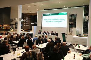 Im 1. Obergeschoss der Haupttribüne des Sportpark Ronhof | Thomas Sommer  fanden sich 150 Mitglieder der SpVgg Greuther Fürth zusammen, um das durchaus turbulente aber auch erfolgreiche Jahr 2018 Revue passieren zu lassen.