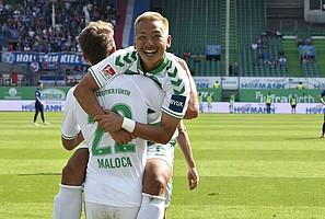 15. September: Yosuke Ideguchis Tordebüt gegen Holstein Kiel - Endstand: 4:1.