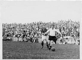 Szene aus der Oberliga Süd aus dem Spieljahr 1947/48 mit Gänseblümchen im Ronhof-Rasen.