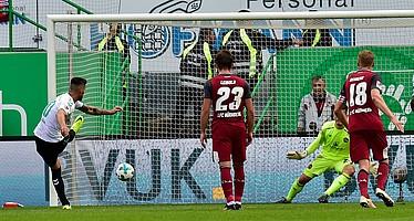 Im ersten Derby der Saison verwandelt Gjasula den Elfmeter, leider reicht es zuhause nicht für einen Sieg.