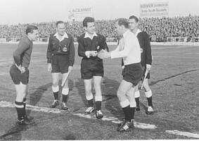 Herbert Erhard bei der Platzwahl mit Club-Spielführer Max Morlock im Jahr 1961.