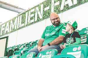 Rene & Sohn Felix Rosenzweig, 6, WBG-Familienfanblock & Ronhof Racker.