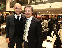 Geschäftsführer Holger Schwiewagner bedankte sich beim neuen Eherenvorsitzenden des Vereins für seine nachhaltige Arbeit, mit der er den Fürther Fußball 22 Jahre lang geprägt hat.