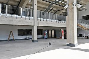 """Große """"Terrasse"""" und ein Kiosk - ab Samstag könnt Ihr den zweiten Bauabschnitt der Haupttribüne nutzen."""